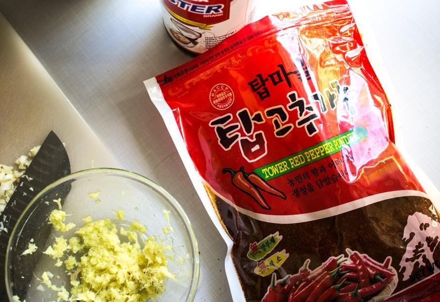 Tässä käyttämääni chilijauhetta, jota ostin aasialaisesta kaupasta. Tämä oli ehkä hieman ärtsyä kimchilleni, seuraavan kerran pyydän myyjää auttamaan minua etsimään heleämmän punaista ja vähemmän tulista gochugaru-chilijauhetta.