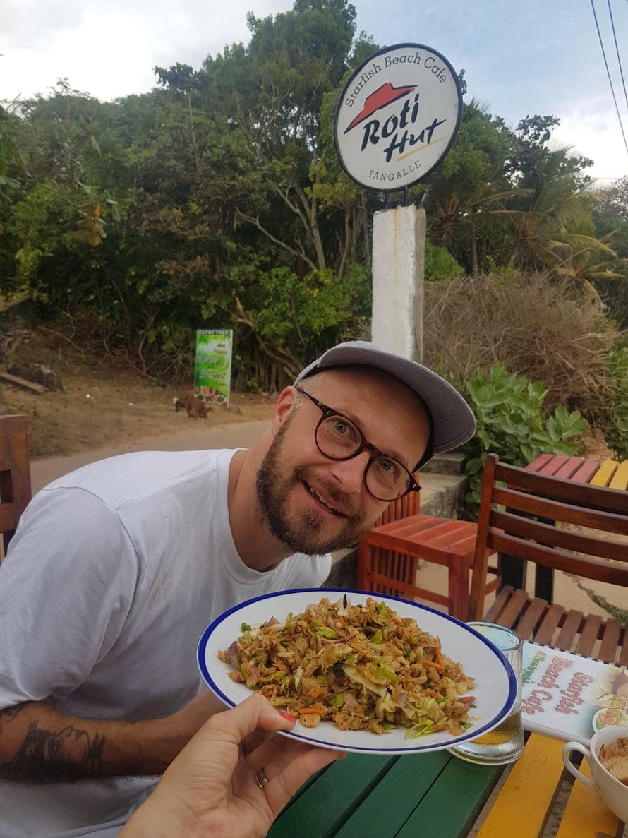 Sri Lankassa kannattaa maistaa Kottu Rotia! Se on kuin paikallinen pyttipannu, mutta perunoiden sijasta ruoassa on pilkottua rotileipää. Ei maksa paljoa ja maistuu kylmän oluen kanssa täydeliseltä!