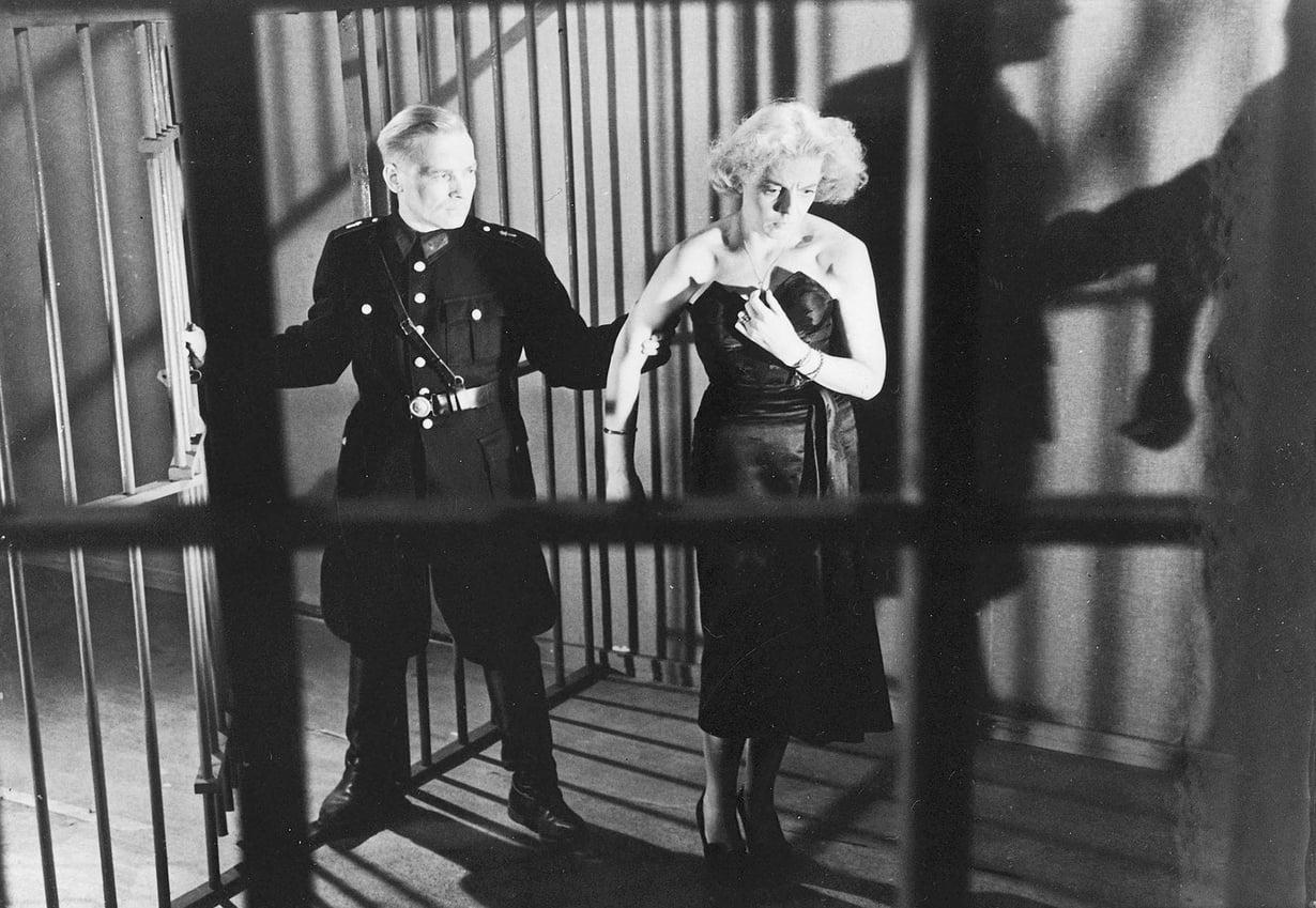 Olet mennyt minun vereeni -elokuvassa käy vielä huonommin: Regina päätyy vankilan kautta katuojaan.