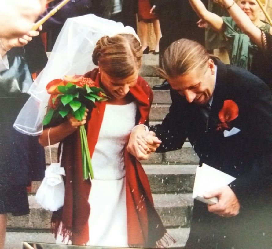 """""""Hääpäivämme 28.9.2002 oli niin täynnä rakkautta! Iltaisin mietin, mikä minä nyt olen. Äiti, mutta mitä muuta? Minusta on tullut leski, mutta  koen edelleen olevani Heikin kanssa naimisissa, olevani hänen naisensa ja vaimonsa"""""""