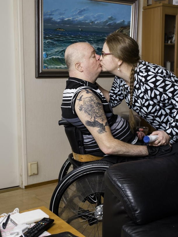 """Sari, 52, ja Ari, 53, Tuomi asuvat Kokkolassa. Sari on ammatiltaan lähihoitaja ja työskentelee Arin avustajana. Ari jäi eläkkeelle 26-vuotiaana halvaannuttuaan auto-onnettomuudessa. Kun Ari sai aivoverenvuodon, Sari kirjoitti hänelle viestin: """"Et saa hermoilla, me pärjätään kyllä. Eikö olla aina pärjätty, rakas?"""""""