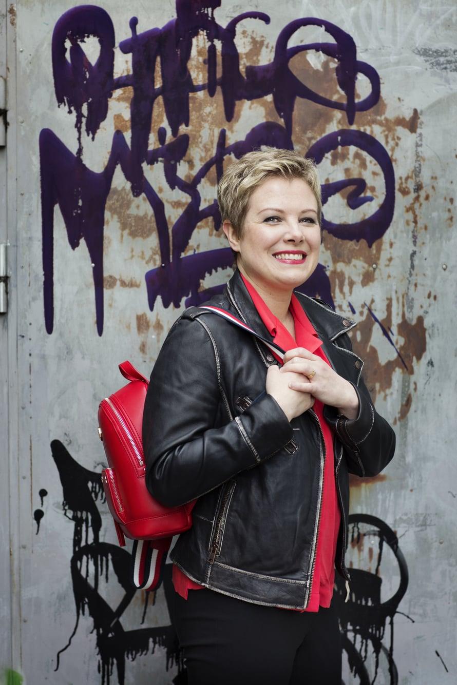 """""""Peilistä katsoo nyt aivan uusi tyyppi! Punainen onkin aina ollut suosikkivärejäni"""", Maria Ljungberg iloitsi muuttumisleikin jälkeen."""