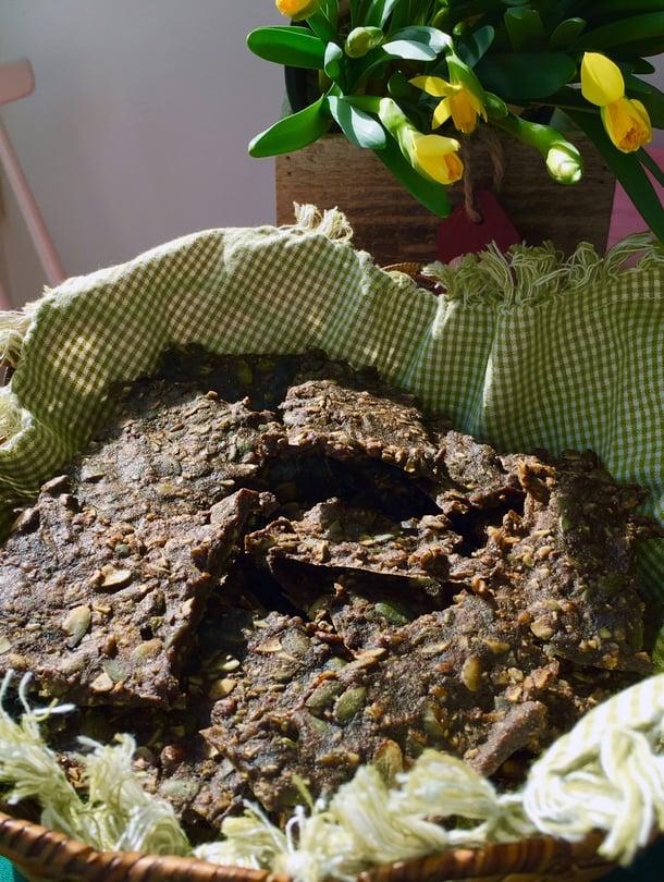 Jos pääsiäisestä jää yli mämmiä, tee siitä rouskuvaa näkkäriä. Se maistuu ihanasti saaristolaisleivälle.