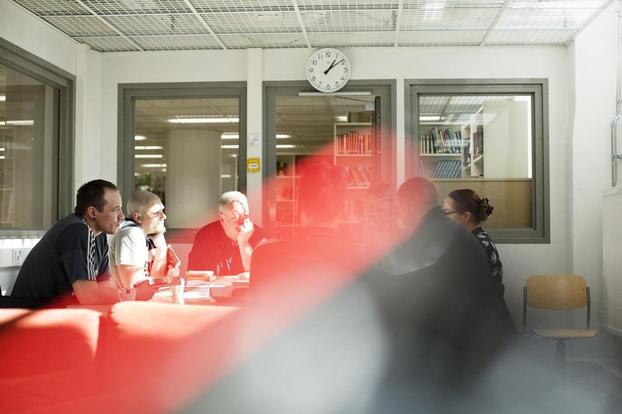 """Arto (vas.), Mikko, Matti, """"Arska"""", Leena ja muut keskustelevat tänään Aki Ollikaisen romaanista Pastoraali."""
