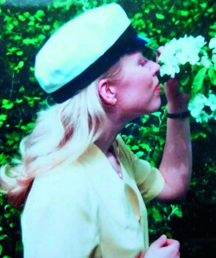 """""""Ylioppilaskuvani keväältä 1995 paljastaa herkän runotytön."""""""
