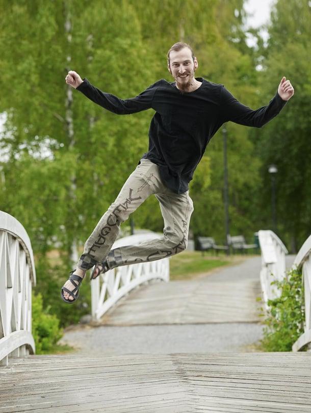 """Johanneksen housuissa lukee """"ilo"""" hollanniksi ja """"rakkaus"""" suomeksi.  """"Haluan tuoda Suomeen iloa ja olla se tuki ja ystävä, jota monet täällä kaipaavat."""""""