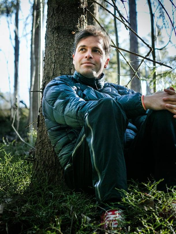"""Kimmo Ohtonen, 35, asuu Helsingissä avovaimonsa ja koiransa kanssa. Hän ei ole koskaan eksynyt metsässä. """"Elämässä olen kyllä ottanut harha-askelia."""""""