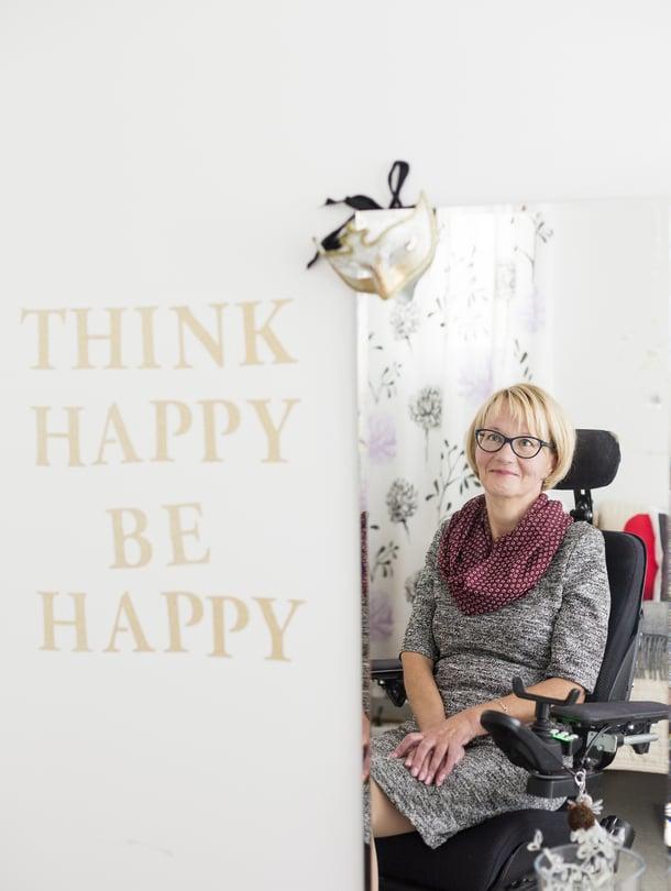 Sari Kvist, 54, on eläkkeellä oleva assistentti, joka asuu Oulussa. Hänellä on kaksi lasta ja yksi lapsenlapsi. Sari pitää ihmisistä, jotka eivät lässytä, ja kauniista korkokengistä.