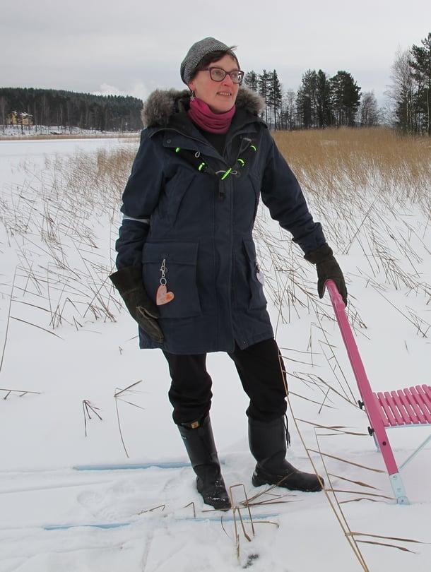 """Päijänteellä talviverkkoja laittamassa. """"Luonnossa liikkuessa syntyvät parhaat kirjoitusideat"""", lukijabloggaaja LiisaHelena sanoo."""
