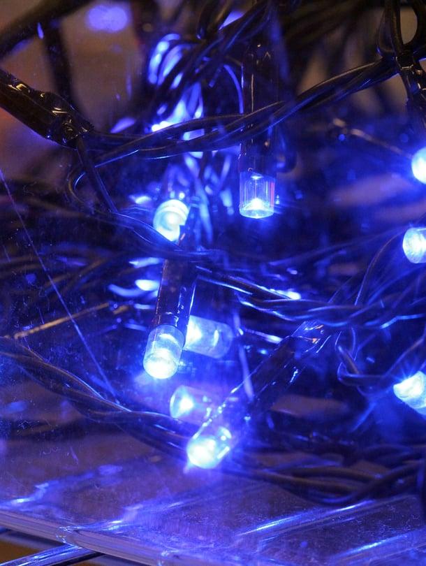 Vähemmistö kelpuuttaa värilliset jouluvalot. Tärkeintä kuitenkin on, että valoja laitetaan, todisti KK:n kysely.