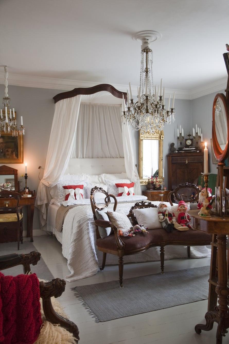 Makuuhuoneessa on levollisen herraskainen tunnelma. Mikko teki itse sängynpäädyn ja vaihtoi elegantin vuodekatoksen kankaat.