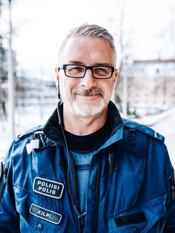 """Kun Marko Kilpi pukee ylleen virkapuvun, hänelle tulee varma ja rauhallinen olo. """"Poliisin virkapuku on taikaviitta. Se päällä tuntuu, ettei voi tapahtua mitään pahaa."""""""