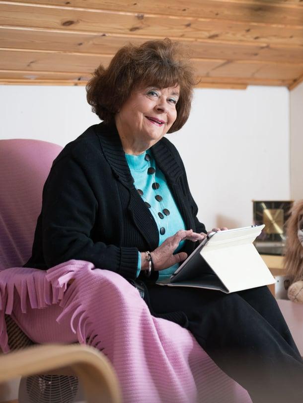 Bloggaaja Eija Honkala kirjoittaa Maan korven kulkijoita -blogiinsa paljon suhteestaan vanhaan äitiinsä.