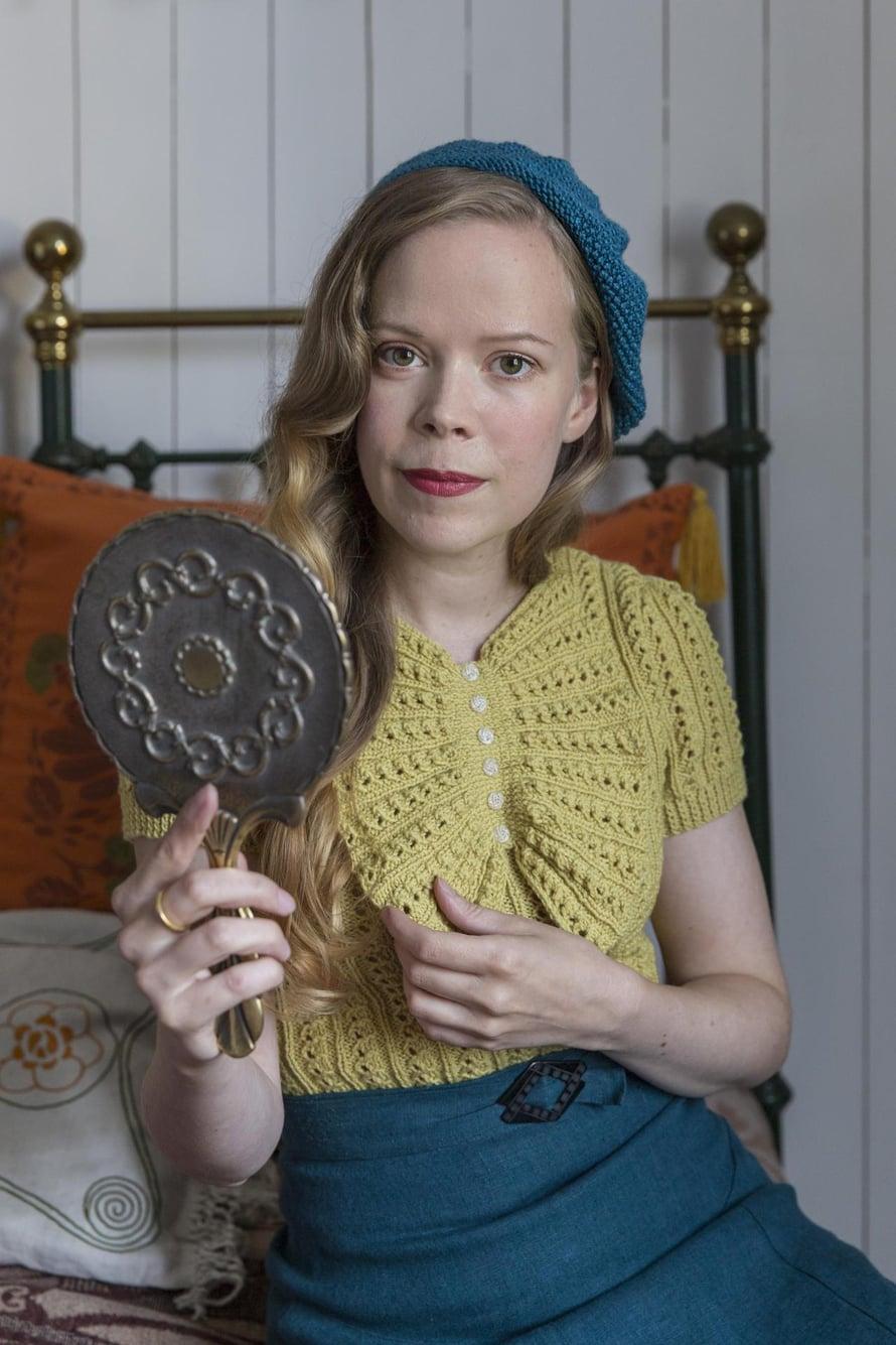 Marianne neuloi keltaisen neuleen 1930-luvun ohjeen mukaan. Röyhelö on hieman alkuperäistä pienempi. Myös hame on itse kaavoitettu ja ommeltu 1930-luvun mallin mukaan.