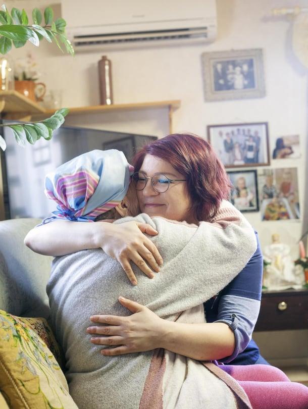 """Kosketus on useimmille asiakkaille tärkeää. """"Liisalla on hyvin vahva tukiverkosto, mutta joillekin vanhuksista olen päivän ainoa ihmiskontakti"""", Salla kertoo."""