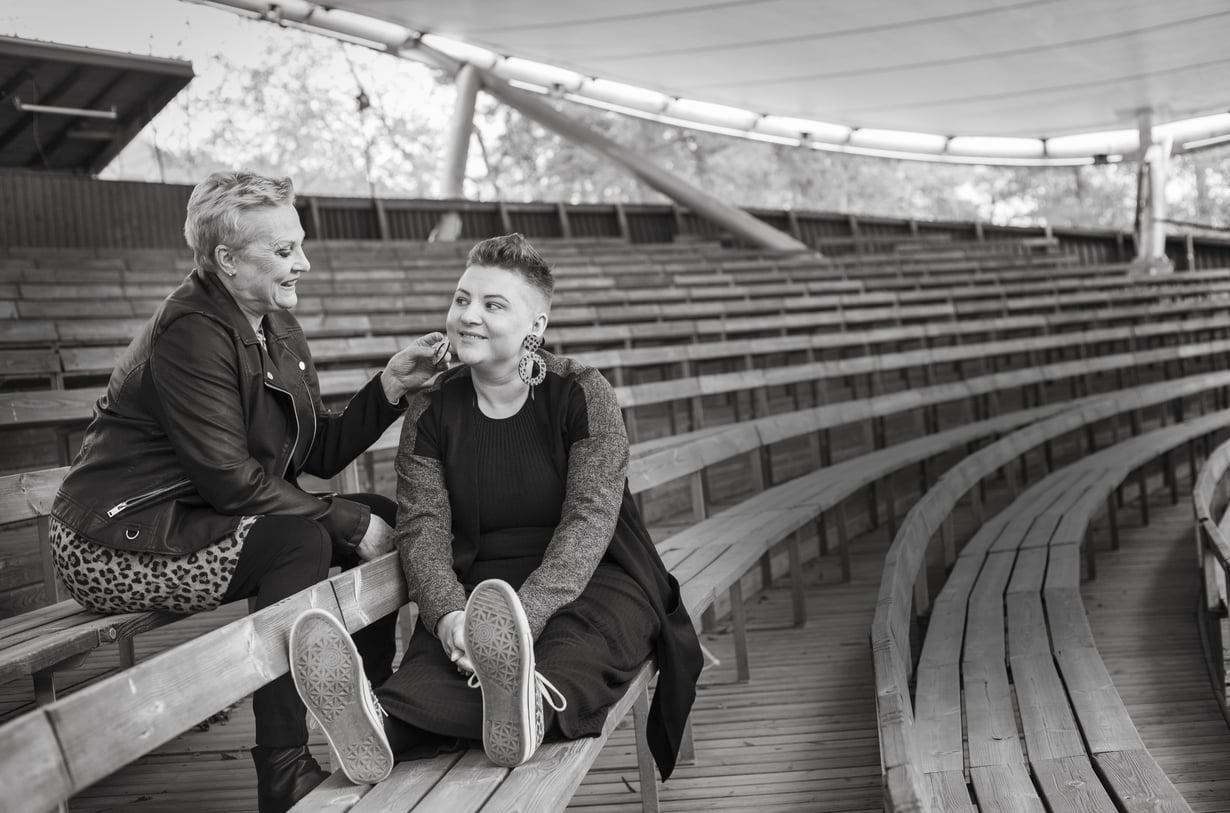 Tiina Weckström, 61, on Helsingissä asuva näyttelijä.  Tyttärensä Valpurin lapsille hän on Tiina-mummi.