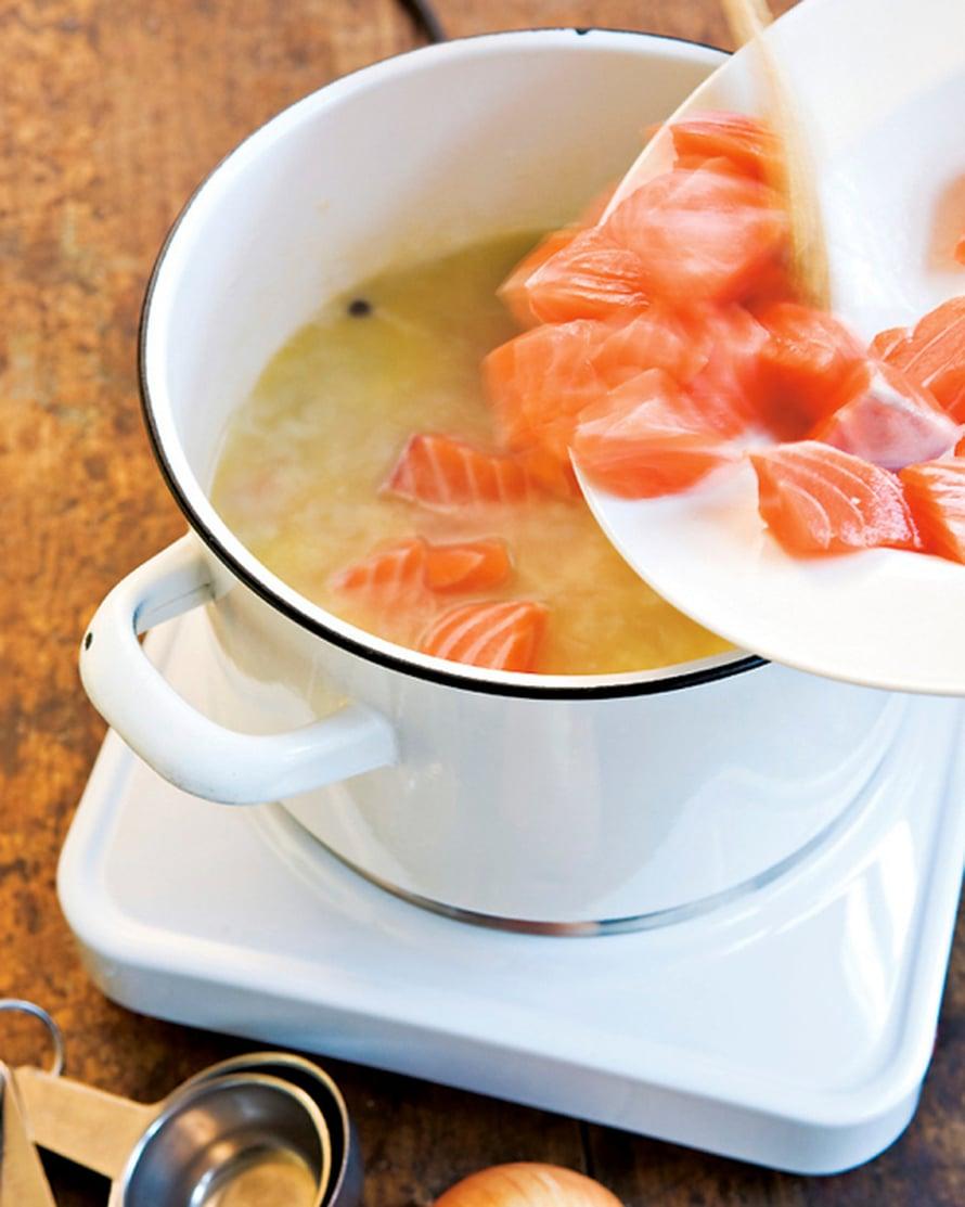 Lisää kalakuutiot. Anna liemen kiehahtaa ja hauduta kala kypsäksi. Se käy nopeasti, 1–2 minuutissa. Jos se kypsyy liian kauan, se murenee herkästi hiutaleiksi.