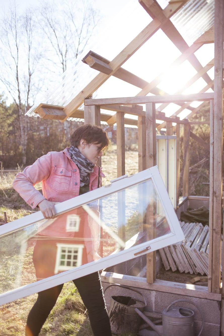 """""""Ulkona vietetyt yöt antoivat valtavasti energiaa"""", Liisa sanoo. Vanhoista ikkunanpokista syntyy kasvihuone."""