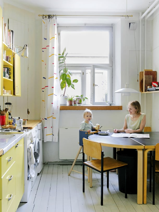Laineen perheeseen kuuluvat oman arkkitehtitoimiston toimitusjohtaja ja arkkitehti Maria Laine, 34, sisustusarkkitehti Jussi Laine, 30, sekä Lauri, 3, ja Kaarina, 2. Keittiö on arjen keskipiste, jossa laitetaan ruokaa, käydään suihkussa, pestään pyykit, syödään ja istutaan iltaa.