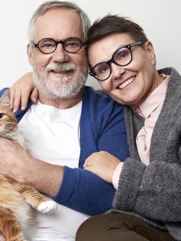 Hansu-kissa, Raimo ja Laura Grönberg asuvat Helsingissä taiteilijakoti Lallukassa. Raimo näyttelee nyt Espoon Kaupunginteatterin Esitystalous 3 -näytelmässä.