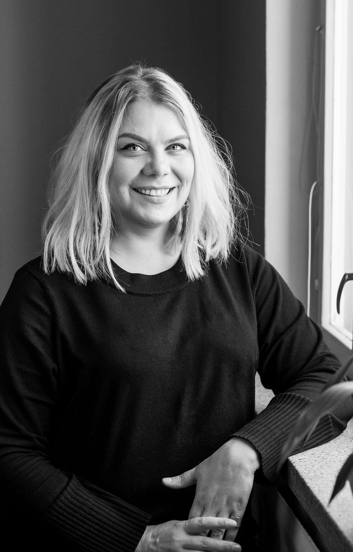 Anri Lindström on 35-vuotias Alkon palvelu- ja tuotekouluttaja. Hän asuu Järvenpäässä puolisonsa Juhan kanssa. Anri on opiskellut restonomiksi ja klassiseksi laulajaksi. Hän on ensimmäinen nainen, joka on voittanut Järvenpään Swengi-ravintolan musavisan.