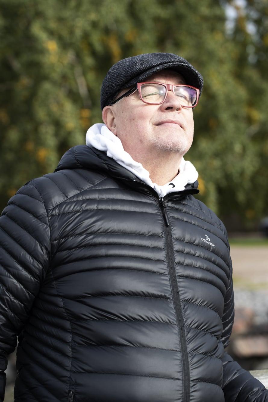 69-vuotias kirjailija ja eläkkeelle jäänyt sairaanhoitaja Kari Häkkinen asuu Vantaalla vaimonsa Pirjon kanssa. Kari nauttii, kun saa käydä kuntosalilla, soittaa kitaraa ja hauskuttaa muita. Hän on perinyt huumorintajunsa isältään. Keväällä ilmestyi Karin syöpäkokemukseen pohjautuva tietokirja Joka kolmas suomalainen.