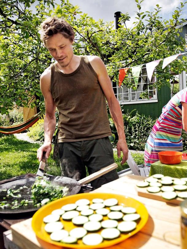 Milma Kettunen ja Simo Kyllönen asuvat siirtolapuutarhamökissä koko kesän.