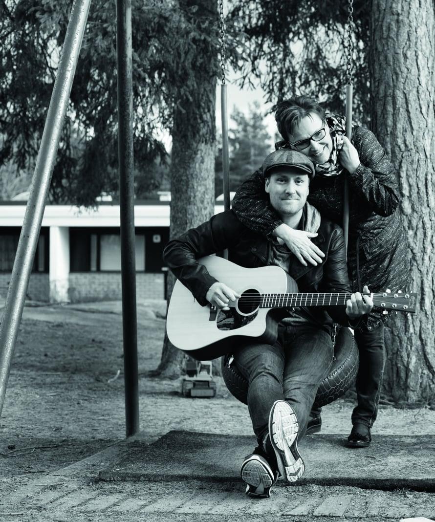 """""""Isän 50-vuotispäivillä kokosimme perheen bändiksi. Äiti lauloi, isä soitti skittaa, sisko fonia, siskon silloinen poikaystävä bassoa ja minä paukutin rumpuja. Omissakin pirskeissäni kitarat kaivetaan jossain vaiheessa aina esiin"""", Heikki Paasonen kertoo."""