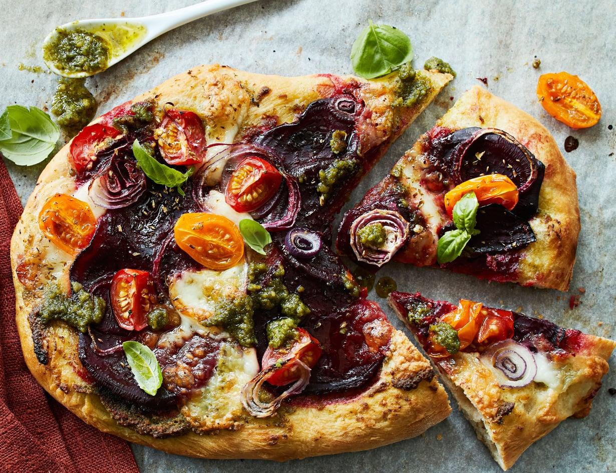 Pitsa ei kaipaa tomaattikastiketta, kun päällä on upean väristä punajuurta ja herkullista suolapähkinäpestoa.