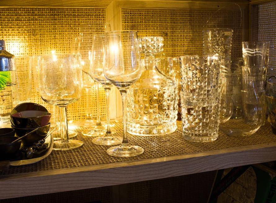 Rakastan sekalaista lasikokoelmaani ja nyt ne pääsevät oikeuksiinsa! Viinilaseina meillä on Stockmannin Casa-sarjan edullisia, mutta tyylikkäitä laseja. Kahden kissan ja lapsen taloudessa laseja hajoaa tämän tästä eikä pussin nyörit veny Riedeleihin. Baierilaisen Nachtmannin niittikuvioinen kristallikarahvi on suosikkini viinintarjoiluun, tai kun haluan tehdä juhliin ison satsin Negronia tai muuta aperitiiviä.
