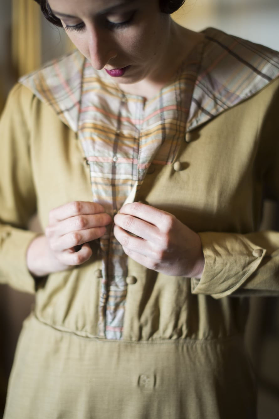 Herkässä silkkimekossa oli jo ostaessa pieniä, paikattuja reikiä, joita tulee helposti lisää.
