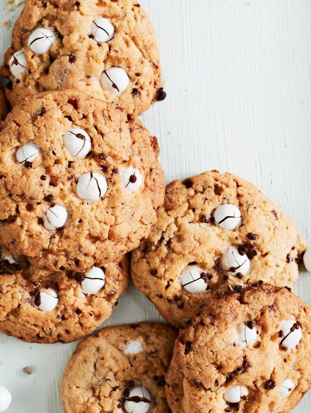 Leivo hyvissä ajoin rasiallinen keksejä ja lahjo virpojat supermureilla minttusuklaakekseillä.
