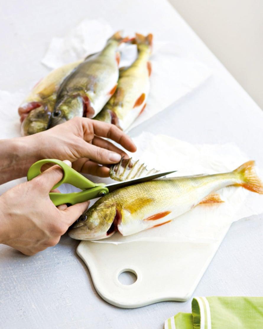 Huuhdo kalat nopeasti ja kuivaa ne talouspaperilla. Poista kidukset ja terävät selkäevät keittiösaksia apuna käyttäen. Sen jälkeen kalaa on helpompi käsitellä.