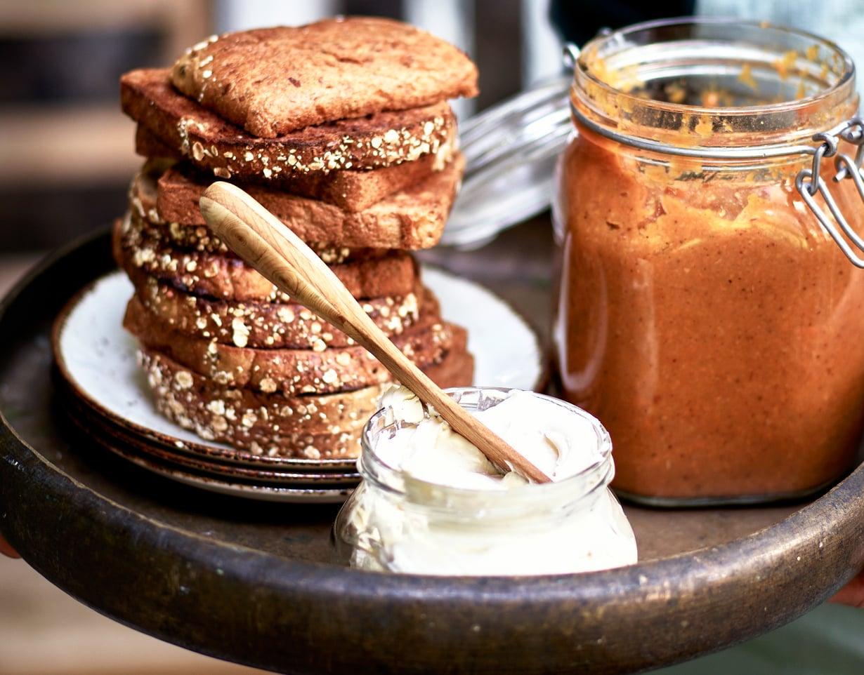 Hätäapu kakkuhimoon: lusikoi paahtoleivälle porkkanahilloa ja maustamatonta tuorejuustoa.