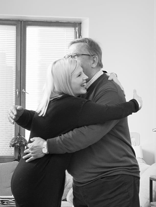 Miniä Vappu Pimiä halaa appiukkoaan Jorma Huuhtasta aina, kun he tapaavat.
