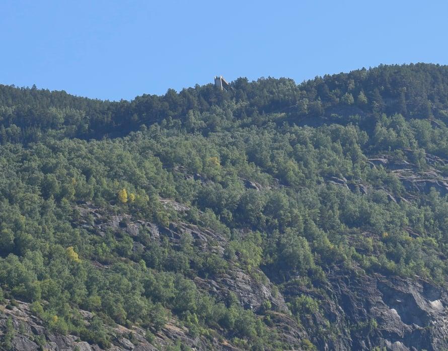 Tuolla ylhäällä laidalla näkyy puusiltarakennelma, joka on Stegastein-näköalatasanne.