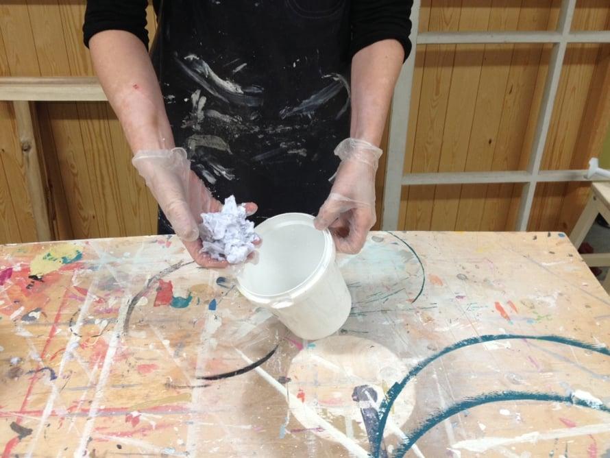 Ota nokare pehmeää paperimassaa ja lisää päälle liotusvettä noin 3/4 pienen sekoitusastian vetoisuudesta. Hyvä suhdelukuohje on noin 35 postimerkinkokoista palaa vesilitraa kohti. Veden ja paperin suhde ei ole millintarkkaa. Kokeilemalla huomaa mikä on hyvä. Tärkeää on, että sekoitettaessa paperimassaa ei ole liikaa veteen nähden, jotta sauvasekoitin jaksaa jauhaa massan.