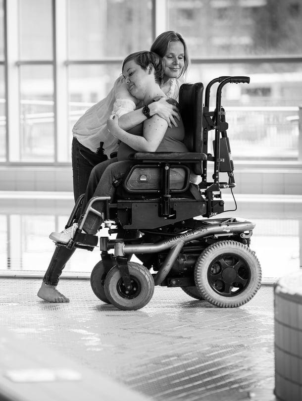 """""""Sanna on aina ollut hyvä näkemään mahdollisuuksia"""", Laura Österberg Kalmari kehuu pyörätuolilla liikkuvaa siskoaan."""