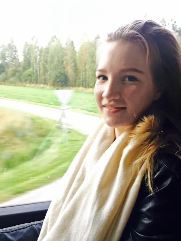 """""""Olen onnellinen nyt, tässä bussissa. Jaloissani on kauheasti tavaraa, sillä olen juuri muuttamassa Joensuusta Jyväskylään. Muutamme tänään yhteen poikaystäväni kanssa. Löysimme kauniin kaksion, jossa on oma sauna ja lasitettu parveke. Olen aina haaveillut oman kodin sisustamisesta. Vielä en ole ihan varma, millainen sisustustyylini on."""" Johanna Kuittinen, 21, Jyväskylä"""