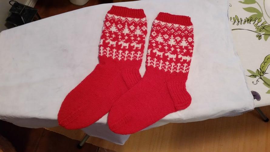 """""""Tyytyväisenä höyryttelin juuri valmistuneet lahjaksi neulomani sukat. Joku outo tunne sai minut kuitenkin katsomaan kuvioita tarkemmin. En voinut tietenkään jättää sukkia näin, vaan oli neulottava sitten vielä kolmas sukka."""" – Piitta"""