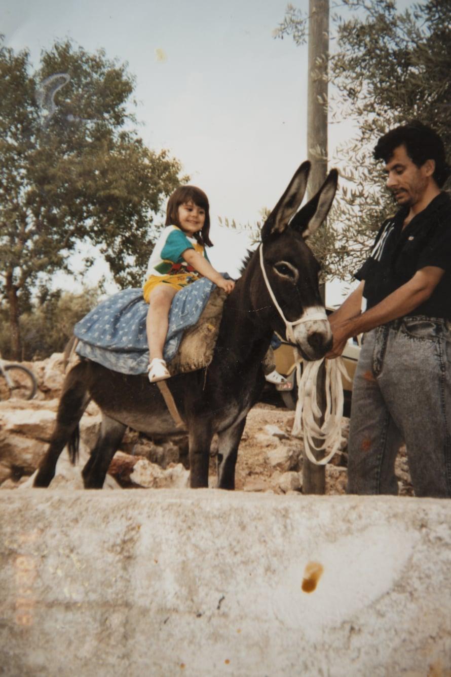 Aishi vietti lapsuuden kesät Mäntyharjulla. Kaksi kertaa hän pääsi käymään isänsä kotimaassa Palestiinassa.