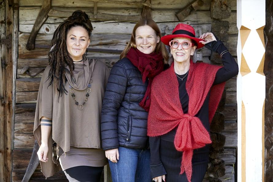 Mikäs tässä seurassa ja paikassa on hymyillessä! Hyrsylän Mutkassa sen nuori emäntä Kiti Samulin, emäntä Aira Samulin ja minä.