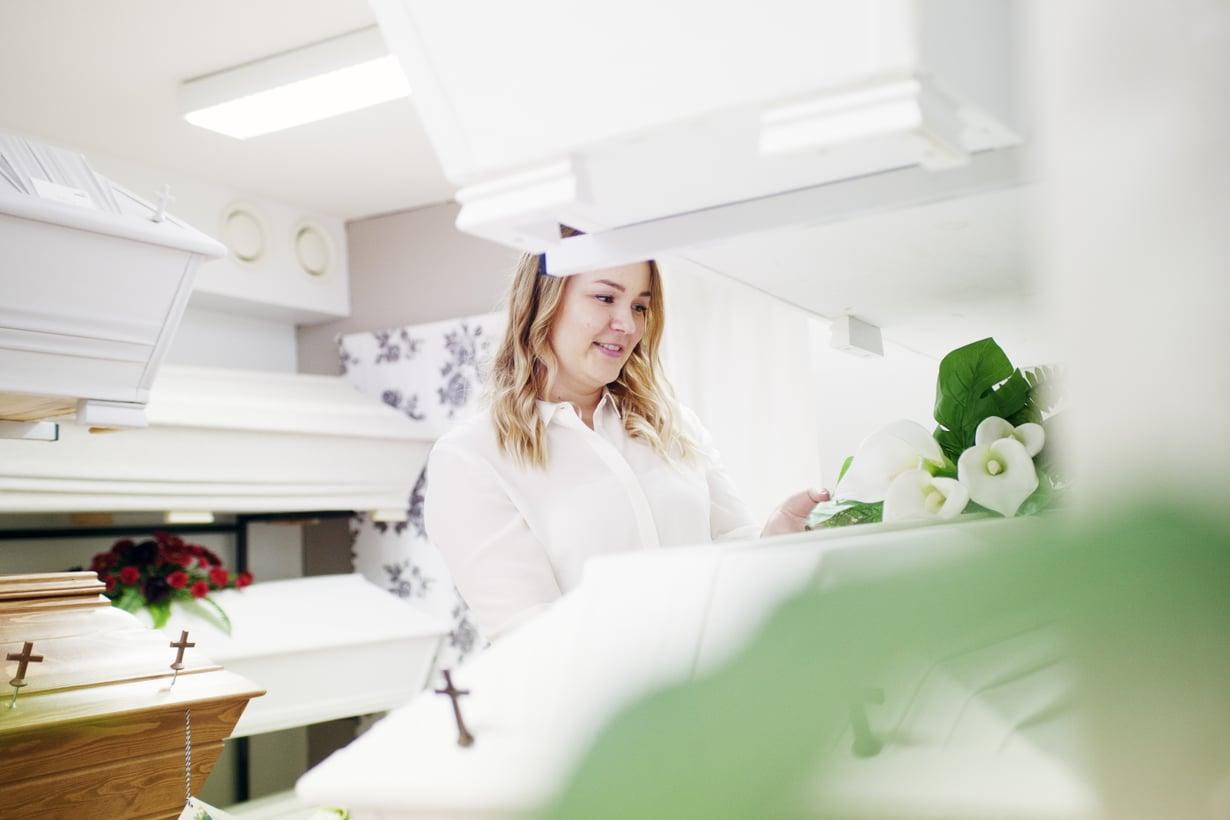 24-vuotias Sofia Prami on kolmannen polven hautaustoimistoyrittäjä. Hänen työpäivästään kerrotaan Kodin Kuvalehdessä 5/2017.