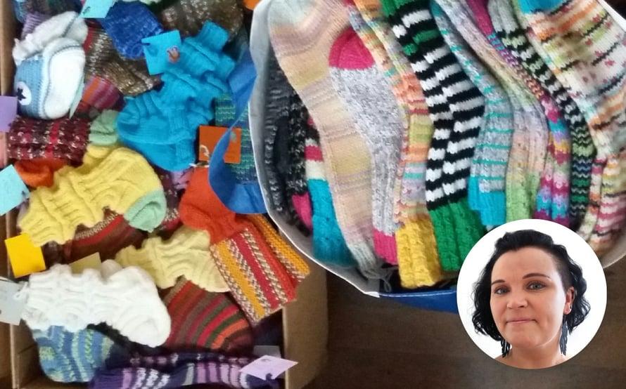 """""""Perustimme siskoni kanssa Facebookiin hyväntekeväisyysryhmän nimeltä KFC - Knit For Charity. Sen avulla etsimme samanhenkisiä ihmisiä, jotka halusivat tehdä ja lahjoittaa villasukkia hyväntekeväisyyteen"""", Jonna Nordström kertoo."""