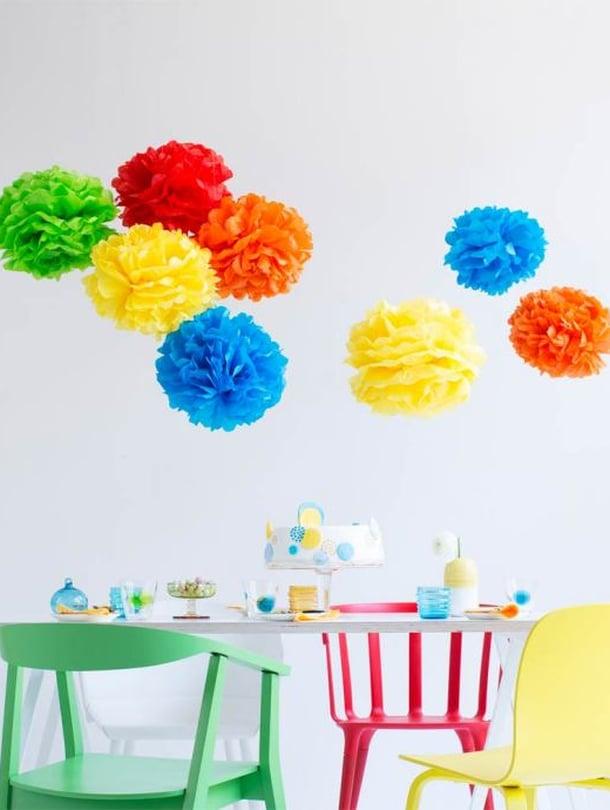 Iso pompom syntyy viidestä 50 x 70 sentin kokoisesta silkkipaperiarkista. Pallon halkaisija on noin 30 senttimetriä.
