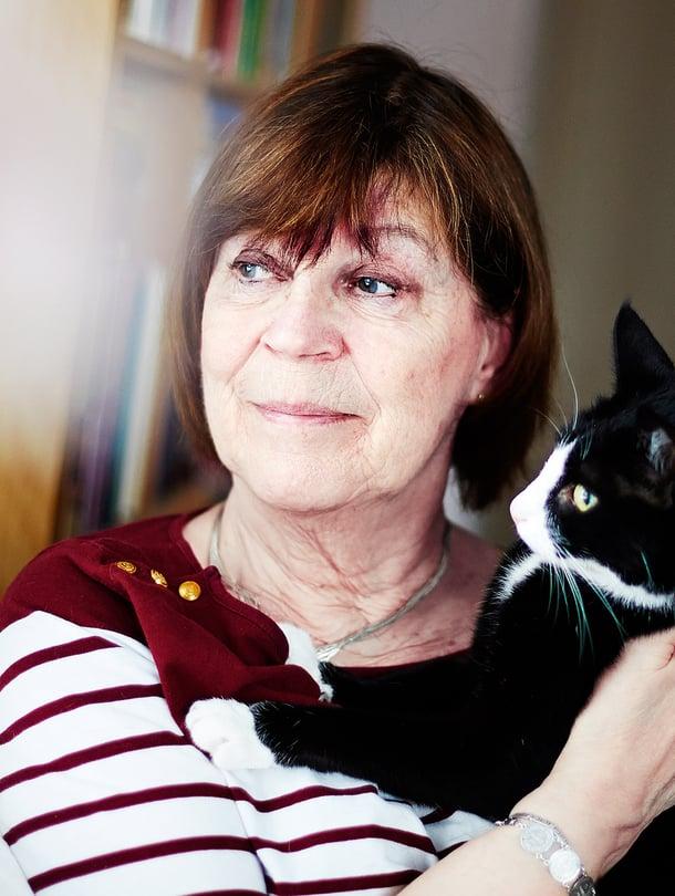 68-vuotias espoolainen Mirjam Nordstöm asuu Onni-kissansa kanssa kerrostalokaksiossa. Hän on kahden aikuisen pojan äiti ja kolmen pojanpojan mummi.