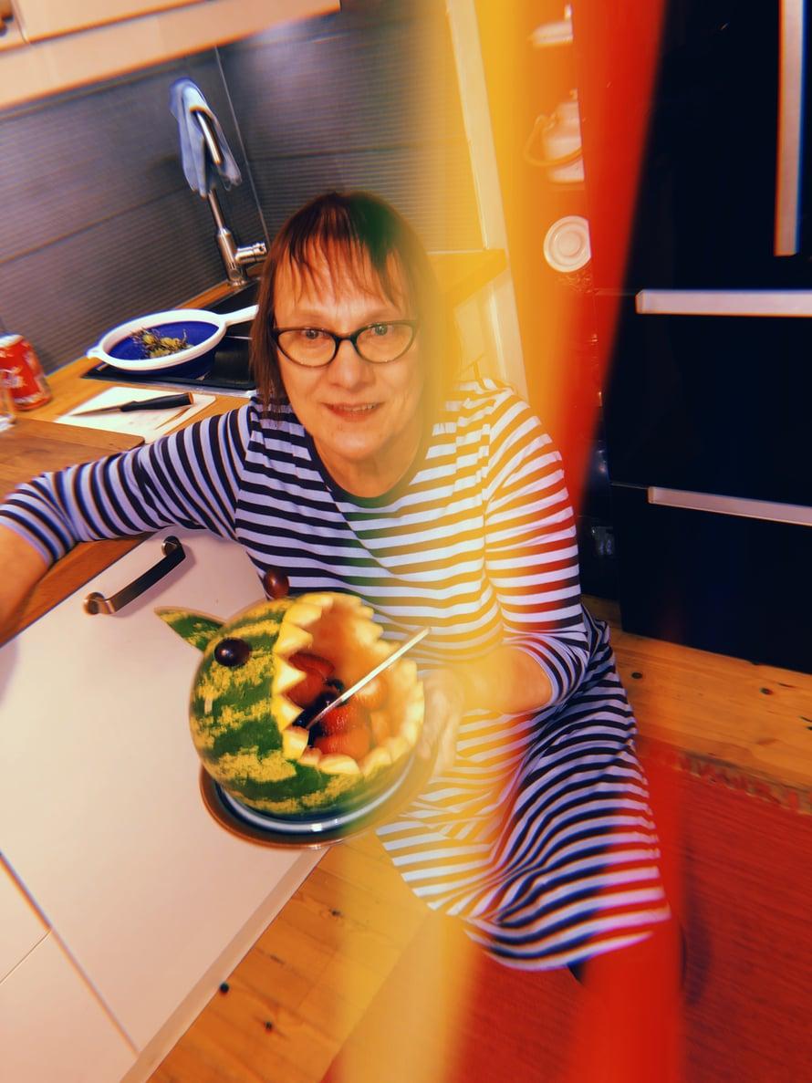 Äitini teki Alfille illalliseksi melooni-hain, koska Apa ei ole lakannut puhumasta haista sen jälkeen kun söi sellaista ystävänsä synttärijuhlilla. Meloonihai kaivettiin seuraavana aamuna uudestaan esille piirrettyjen seuraksi.