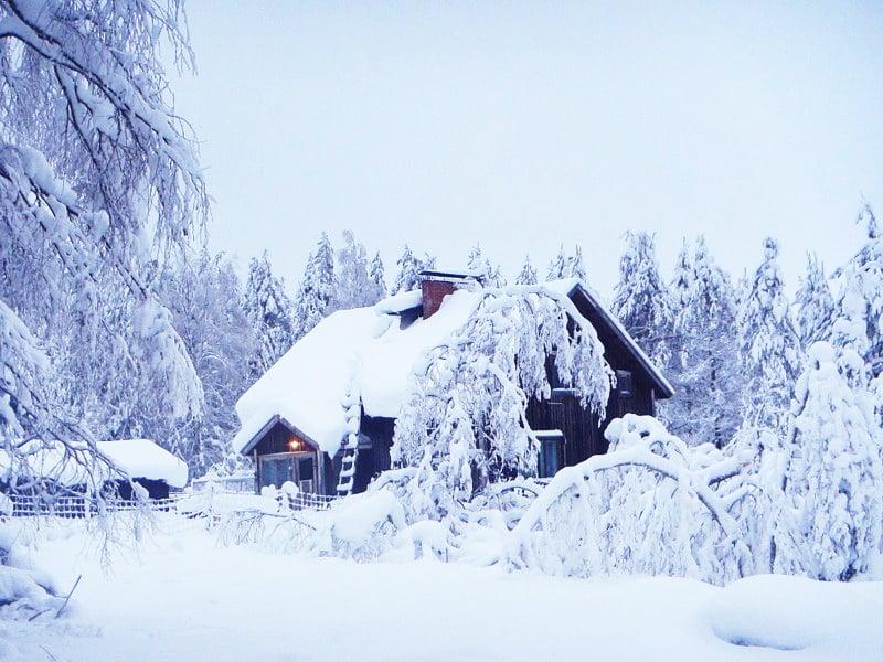 """Elämä on valintoja. """"Tuntikausien lumenluonnin sijaan voi lapioida vain polun kaivolle"""", Eliisa sanoo."""