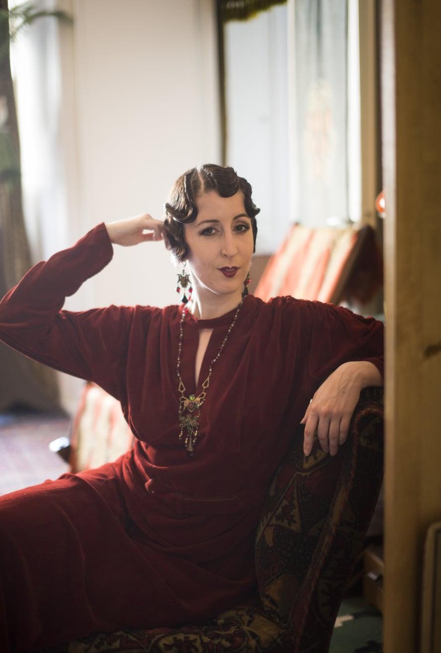 Ane pukeutui 1930-luvun iltapukuunsa viimeksi ystävänsä Kari-Paavo Kokin illallisille. Mekon kanssa hän käyttää kullanvärisiä kenkiä.