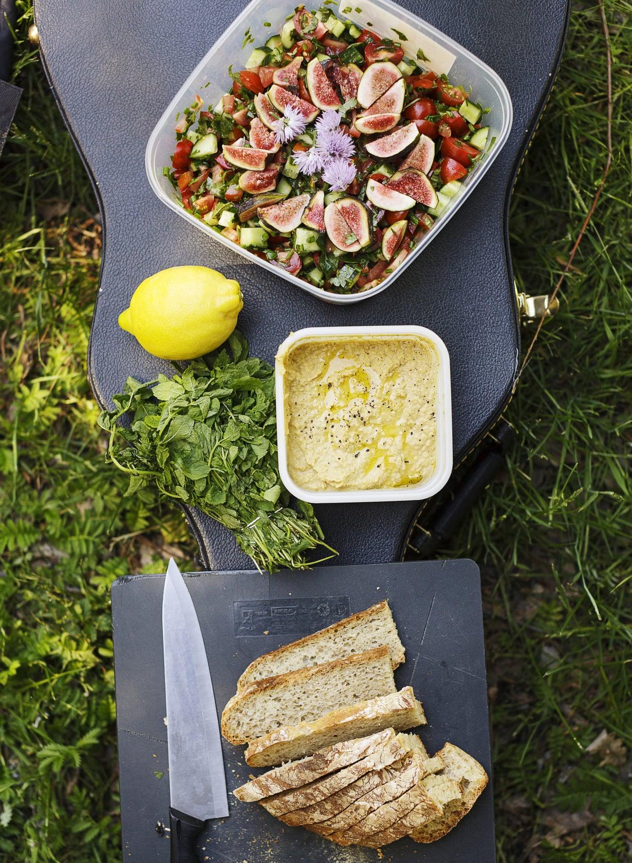 Ruoka maistuu parhaalta ulkona hyvässä seurassa. Salaatissa maistuu kesä.